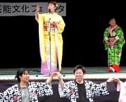 熱唱する進藤聖子さんと舞踊の正木豊紫華先生