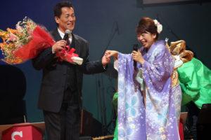 テレビ「歌に恋して」のお仲間みやま健二さんから花束を。