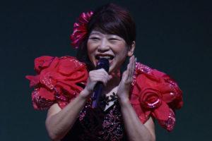 真紅のドレスで ご当地ソング「桜井ええとこや」